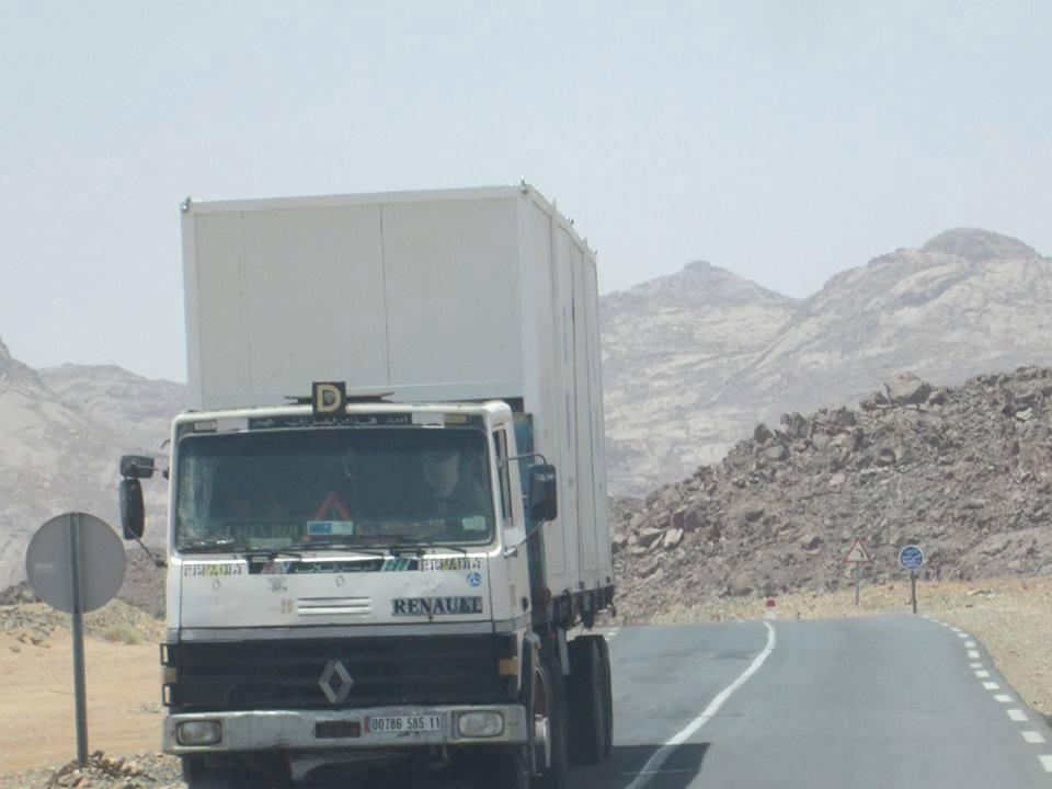 Renault-truck-in-regio-gebied-over-ras-ark-400-km-op-city-city-zuid-algerijnse