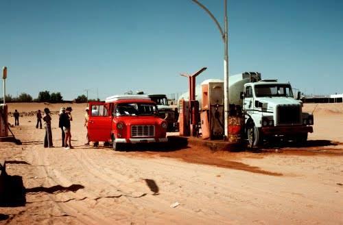 volvo-N10-truck-bij-het-tankstation-ten-gunste-van-de-foto-van-een-buitenlandse-markt-in-het-midden-van-de