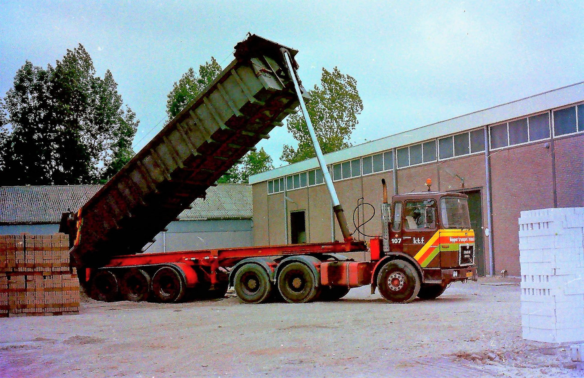 MAN-Kipper-transport-Friesland-bij-het-oude-bedrijfspand