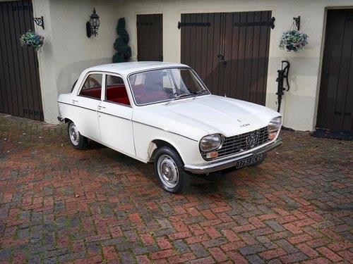 Peugeot-204-1130-cm3-ch-53-1968-met-800-KM--staat-in-een-musea-in-USA-1