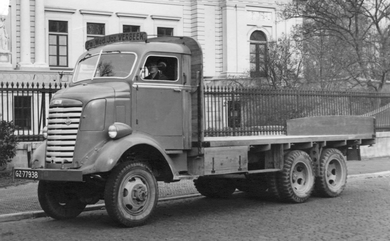 vader-Klanderman-met-GMC-voor-het-Provinciehuis-in-Haarlem--1951
