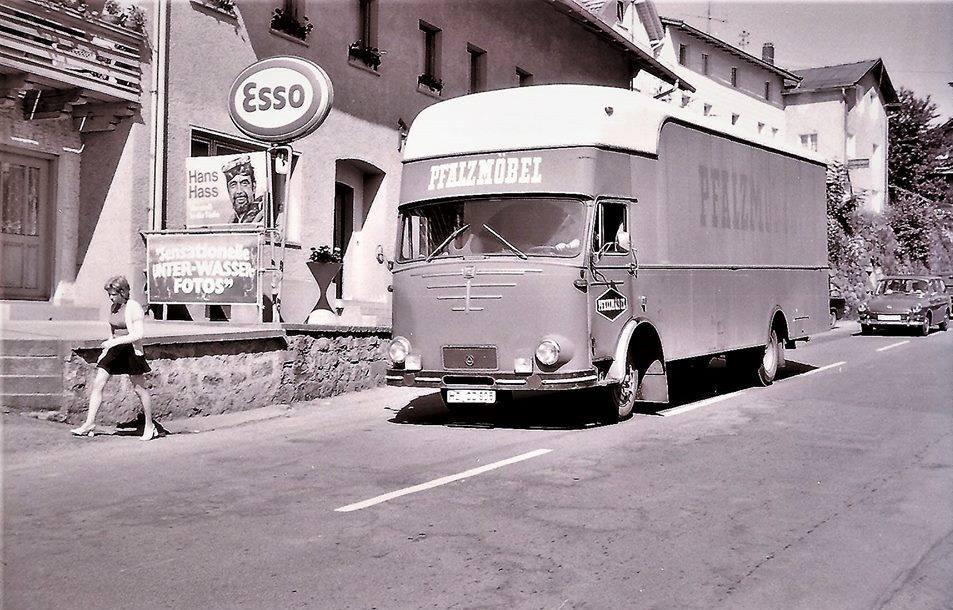 Verhuizingen-Bussing-Pfalzmobel-uit-Ettlingen--op-de-B11-E-53-in-Zwiesel-1972-Bayern