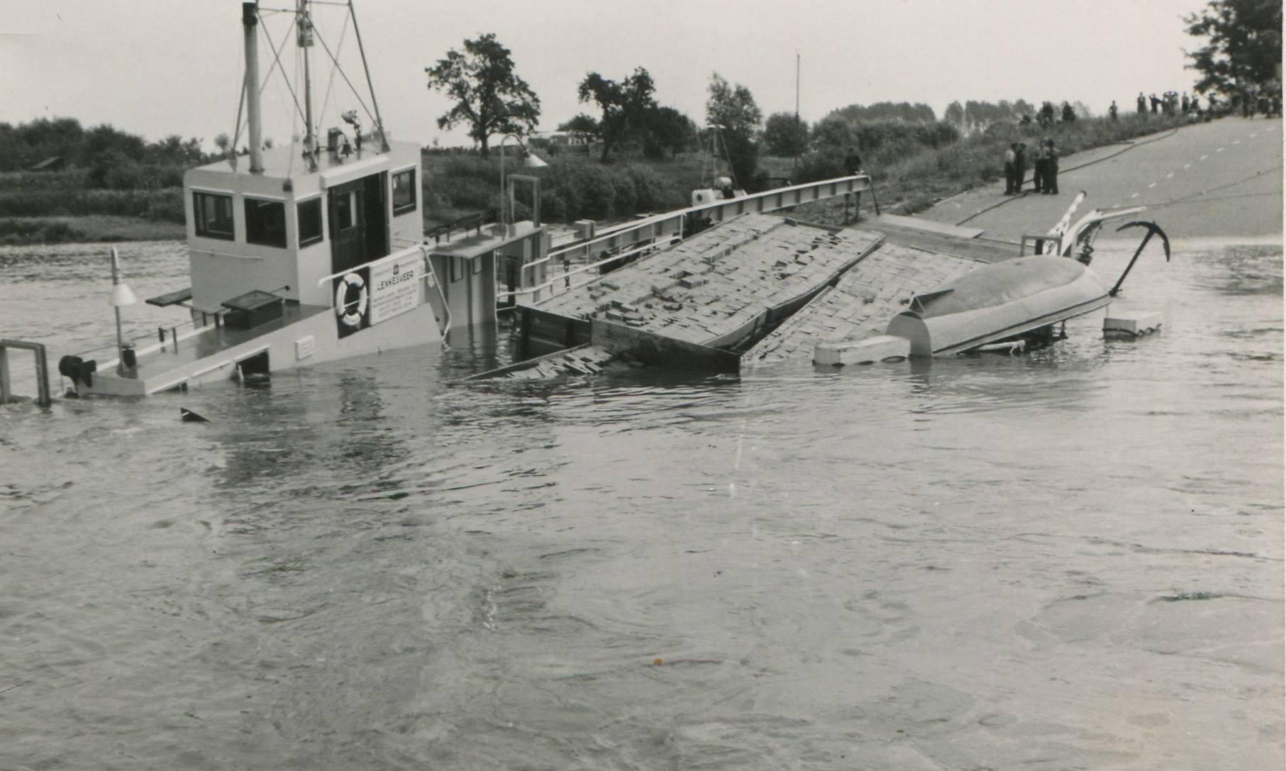 1957-foto-gemaakt-door-Jac-Rauws-ingezonden-door-Willem-Ruisch-Veerpont-Lexkesveer-Eageningen-Randwijk-1