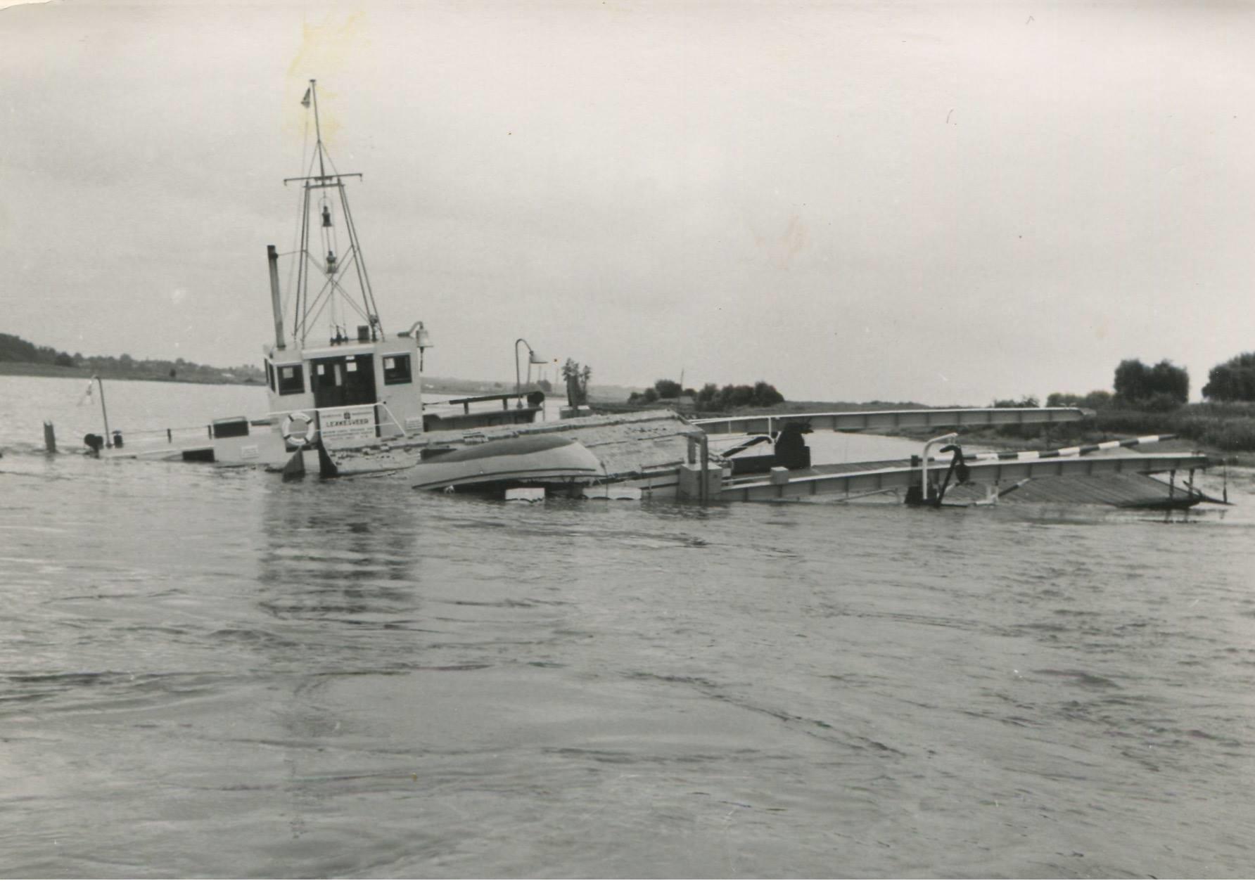 1957-foto-gemaakt-door-Jac-Rauws-ingezonden-door-Willem-Ruisch-Veerpont-Lexkesveer-Eageningen-Randwijk-6