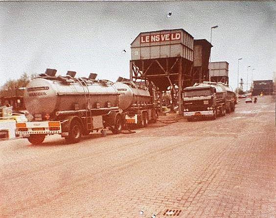 smeerolie-lossen-in-de-bunkerboot-van-B-P--in-Vlaardingen-vlakbij-de-zandsilo-van-Lensveld