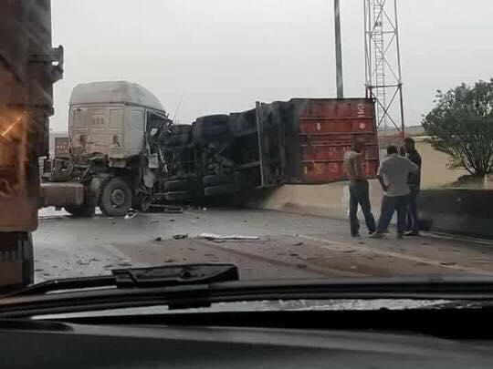 Snelweg-oost-bij-afadling-van-Ladijba-bordjbouariridj--3-trucks-1-gendarme-2