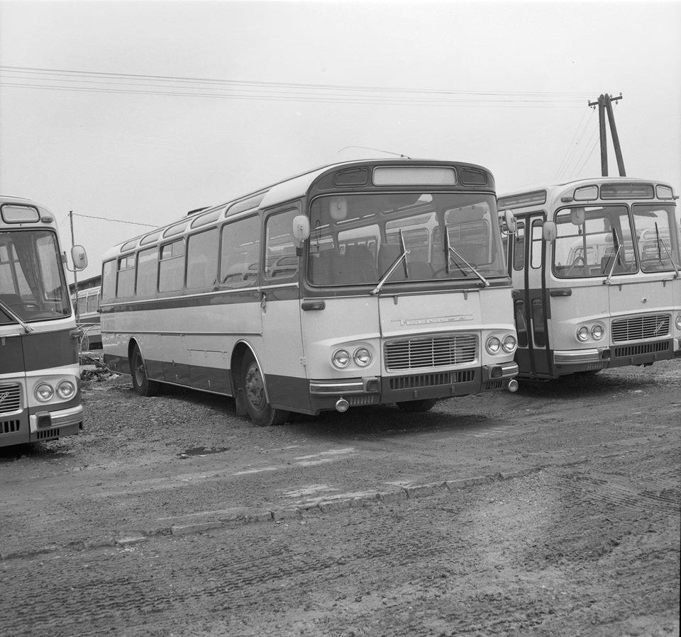 coaches-karosa-sd-11-in-1968-1969-met-compact-windscherm-en-panoramisch-glas-op-het-rug-voorhoofd