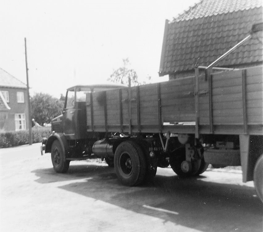Bussing-Trekker-Oplegger-met-HULO-kraan-voor-het-stenenvervoer