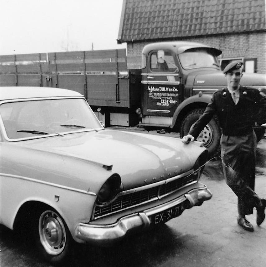 Hans-van-Dulm--bij-zij-luxe-auto--Zo-te-zien-had-hij-op-dat-moment-een-andere-werkgever