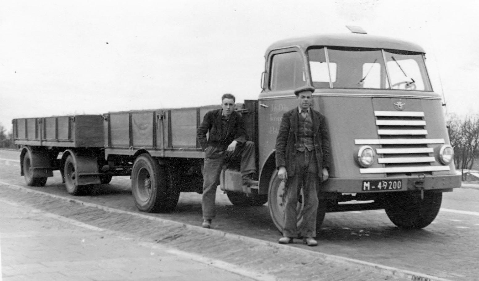 Links-zoon-Frans-van-Dulm-en-rechts-zijn-vader-Johan-van-Dulm.-Een-van-de-eerste-vrachtwagen-combinatie-voor-het-stenentransport--Een-DAF-met-aanhanger--Laden-en-lossen-ging-toen-nog-all