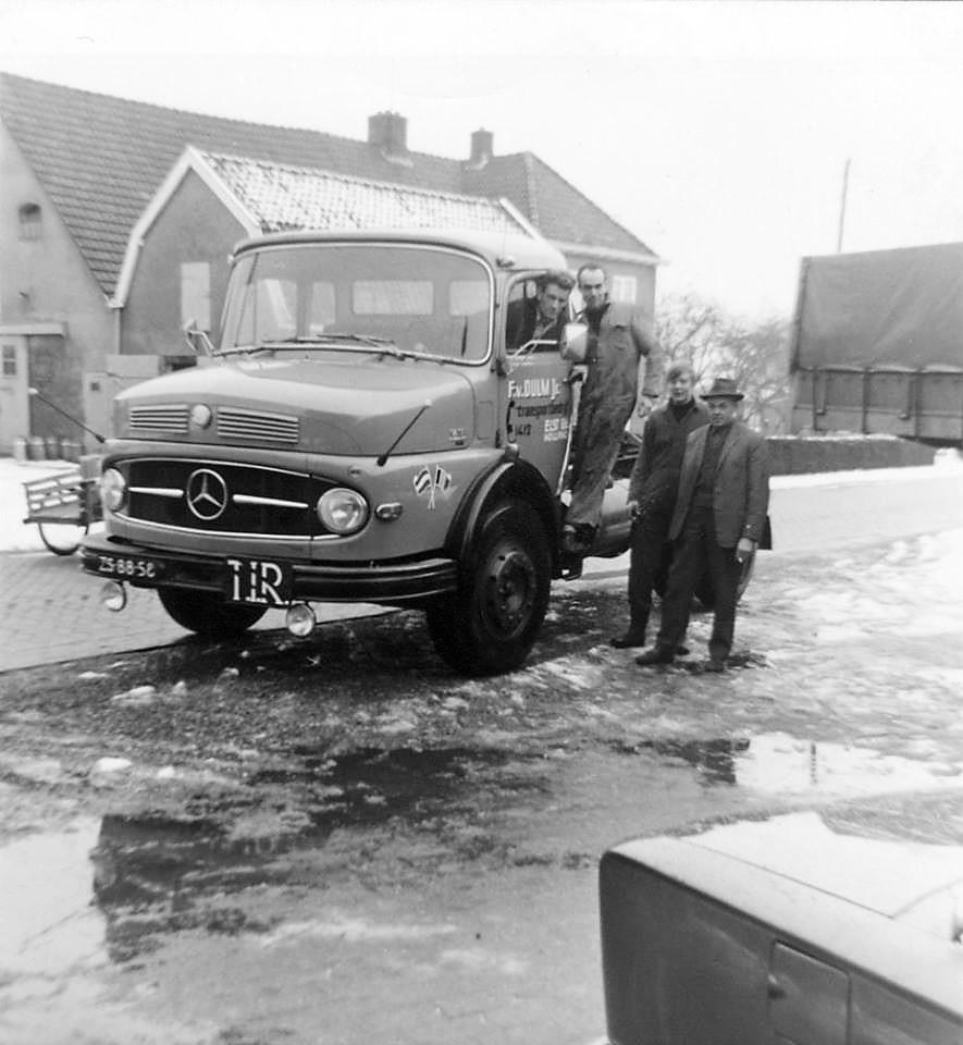 MB-1418-Filp-Lozekoot--op-treeplank-Hans-van-Dulm--en-Bert-Kuik-met-hoed-Johan-Dulm