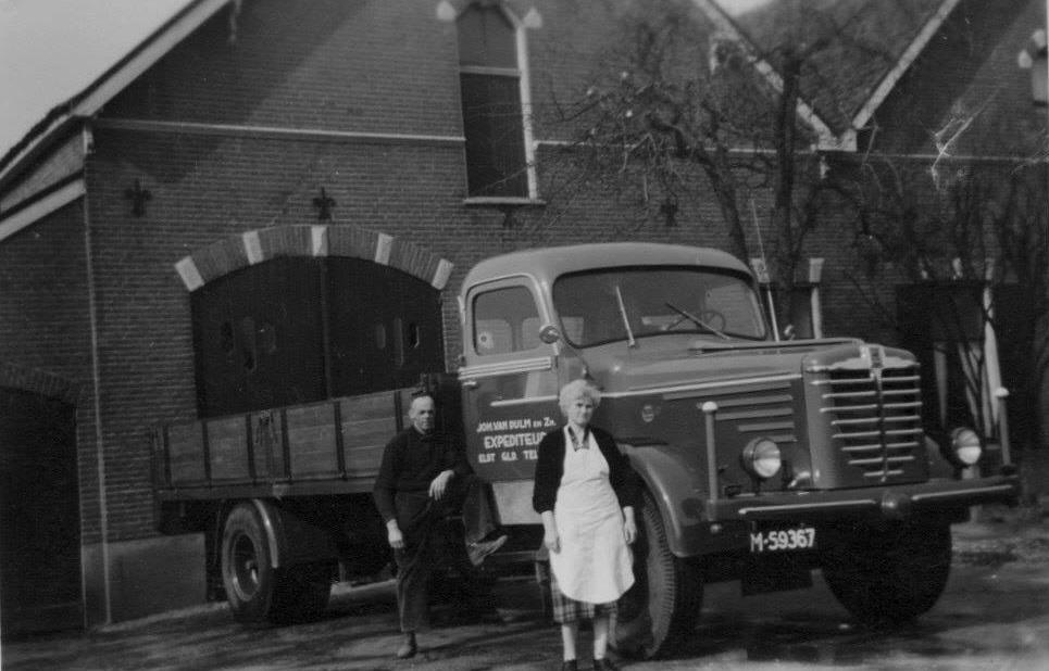 Trots-op-hun-vrachtwagen-Vader-Johan-van-Dulm-met-zijn-vrouw