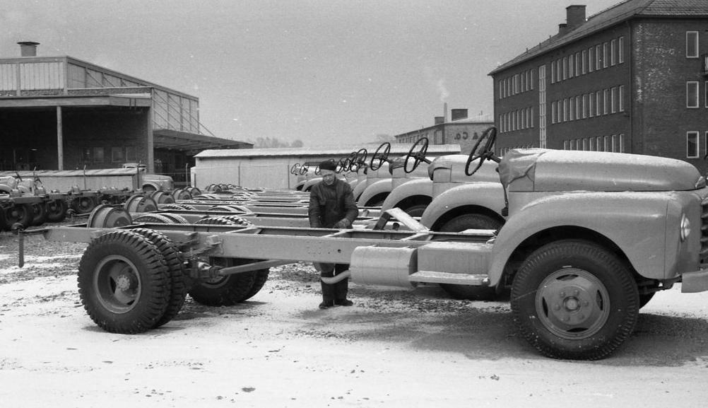 1966-Chauffeur-Klapwijk-is-zo-naar-meppel-gegaan-voor-een-Bee_Gee-cabine-te-laten-plaatsten