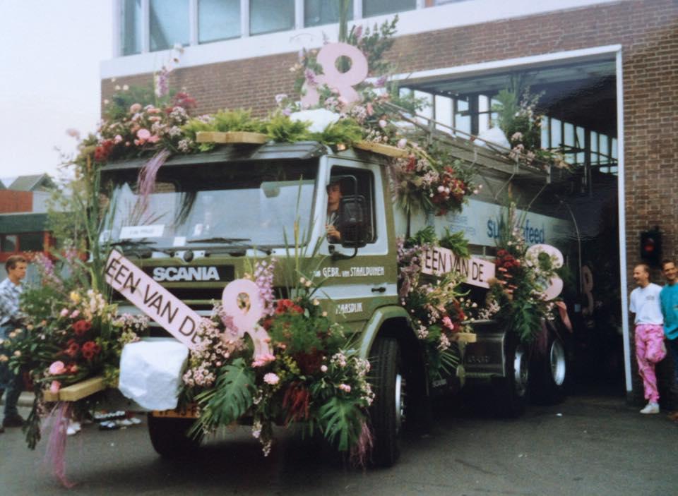 1988-Bloemen-corso--deze-Scania-reed-ook-mee