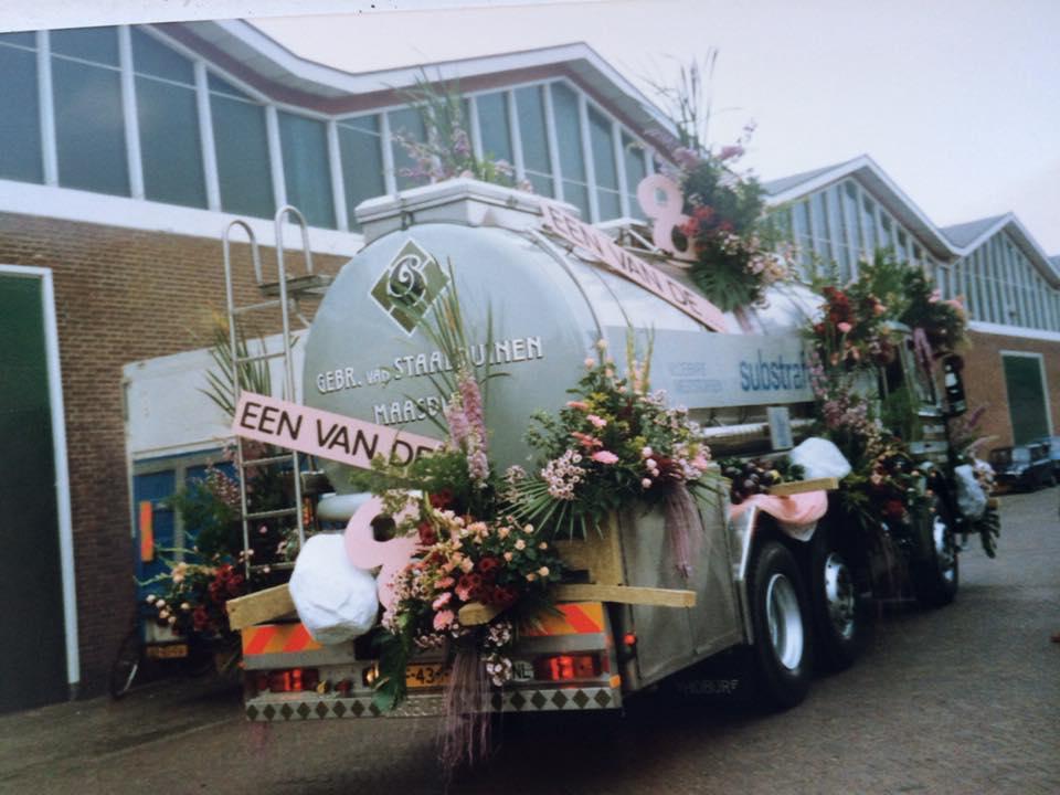 1988-bloemen-corso-de-Scania-aan-de-achterkant