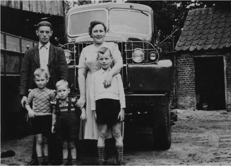 1-Ab-Kwinten-met-zijn-gezin-bij-de-woning-aan-de-Heijerstraat-in-Westerhoven