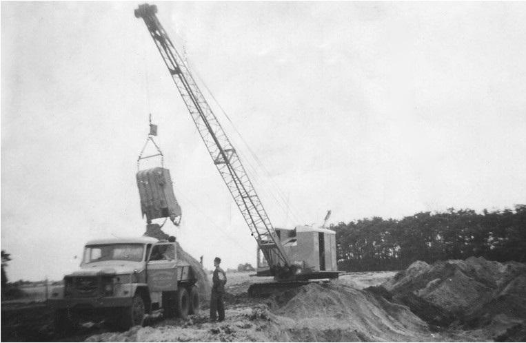 31-1960-Bergeijk-Luijkgestel-Ruilverkavelingswerk-een-RUSTON-19-RB-dragline-laad-een-REO-truck