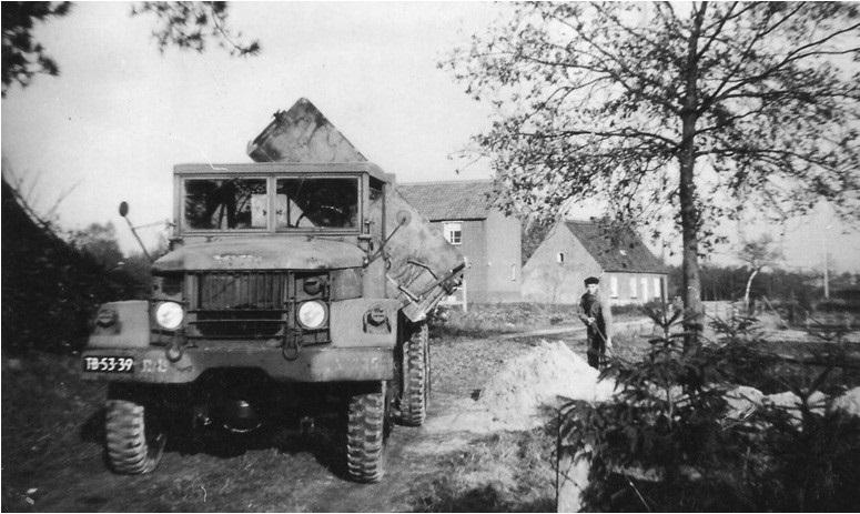 33-1962-REO-kipper-met-Ab-Kwinten-op-de-schop