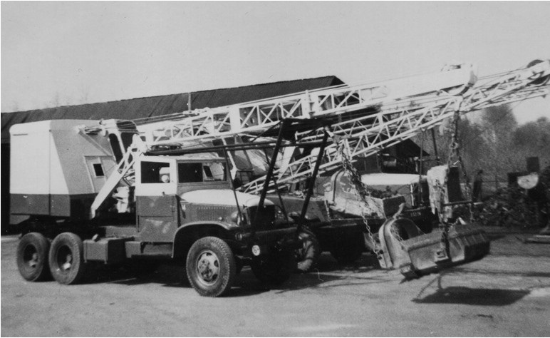 8-Drie-draglines-op-een-rij-een-PASAL-dragline-op-een-GMC--een-PASAL-op-een-half-track-en-de-FUCHS-op-de-REO