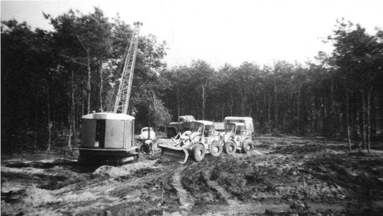 44-1963-duizel-Twee-CAT-922B-loaders--een-RUSTON-19-RB-dragline-en-een-REO-kipper