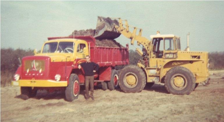 47-1963-CAT-922B-laad-een-MAGIRUS-DEUTZ-Jupiter-kipper