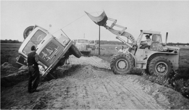 63-1968-Een-MAGIRUS-kipper-op-zijn-kant-word-recht-getrokken-met-een-CAT-922B-wiellader
