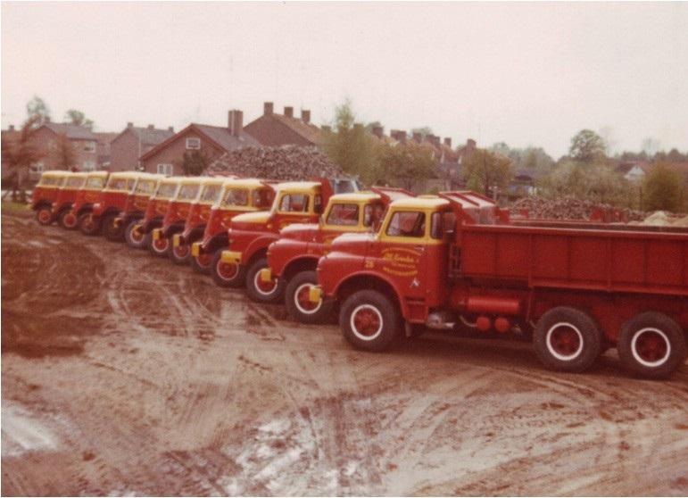71-1970-Het-wagenpark-aan-het-begin-van-de-jaren--70-met-DAF-een-TERBERG-en-M-A-N--kippers