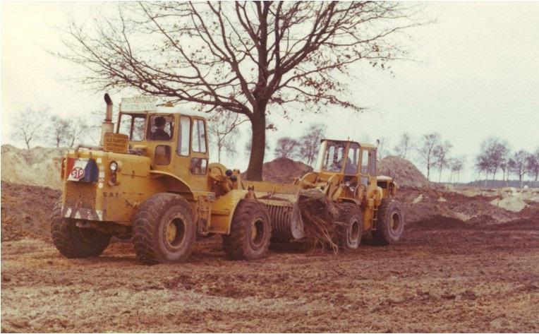 79-1971-Verplaatsen-van-een-boom-op-het-E-3-strand-met-twee-CAT-950-wielladers-en-ook-bij-Kwinten-vonden-ze-dat-VERONICA-moest-blijven