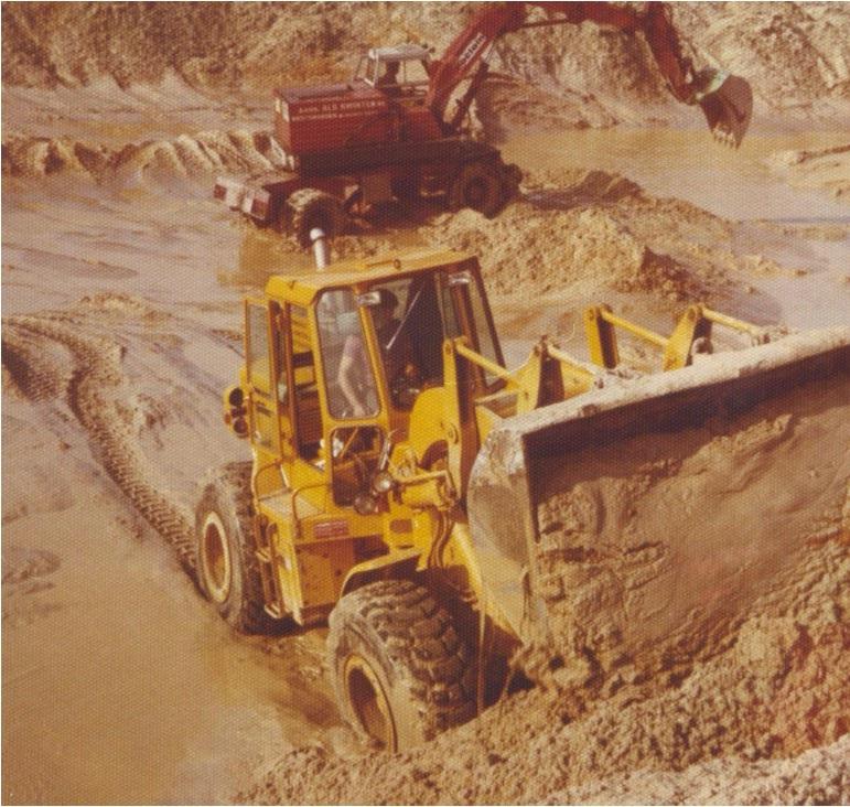 80-CAT-950-en-een-POCLAIN-LY-80-bij-het-gereedmaken-van-het-stort