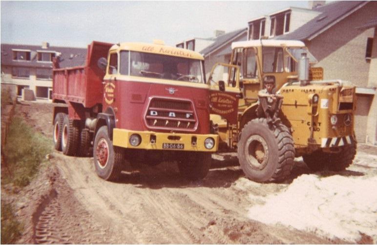 81-1972-CAT-950-en-een-DAF-6x6-kipper-bij-het-aanleggen-van-wegen-in-een-nieuwbouwwijk