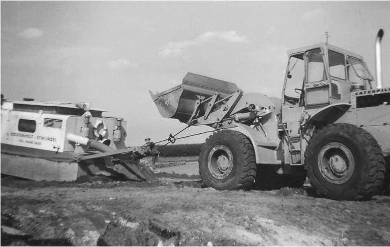 83-1972-Verslepen-van-de-zandzuiger-met-een-CAT-950