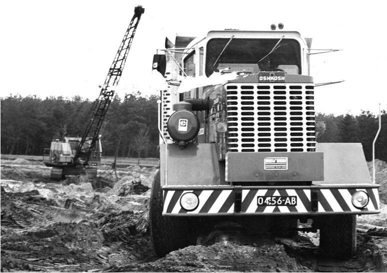 88--1975-OSHKOSH-kipper-met-vier-assen-aangedreven-door-een-CAT-motor-van-280-PK