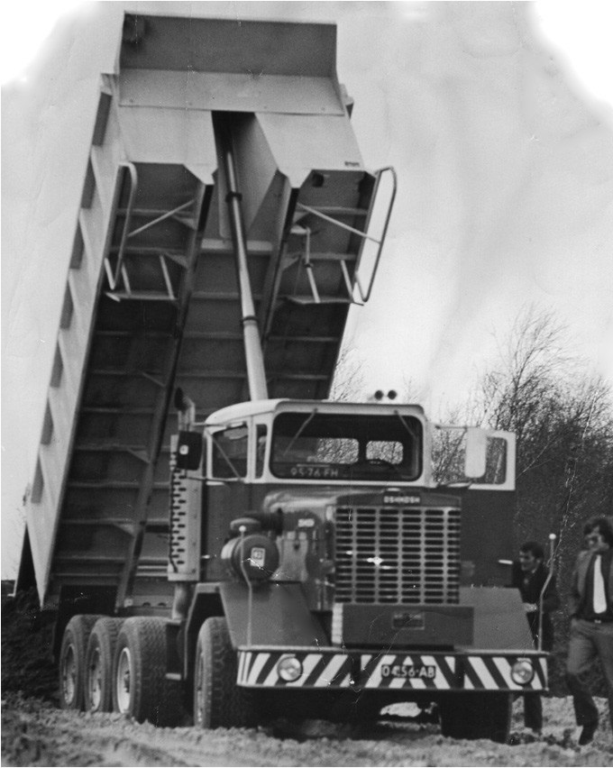 91-1975-Een-prachtige-kipper-de-OSHKOSH-maar-doordat-de-achterste-drie-assen-star-zijn-ontstaat-er-grote-wrijving-waardoor-het-wegdek-en-de-aandrijfcomponenten-het-zwaar-te-verduren-hebben-met-gevolg-ve
