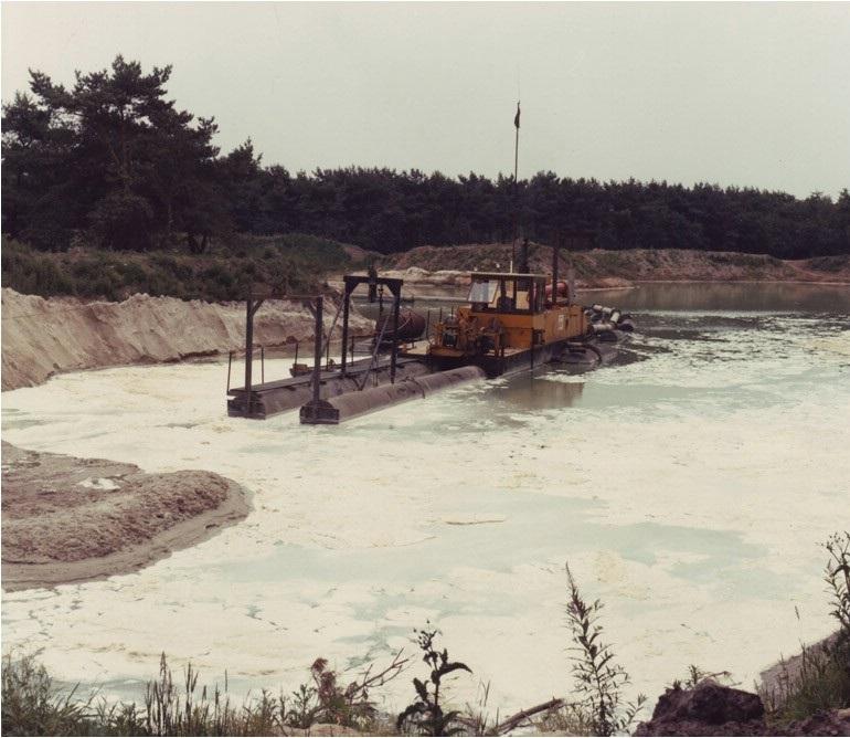93-1975-waarle-SBN-zandzuiger-bij-de-aanleg-van-een-visvijver