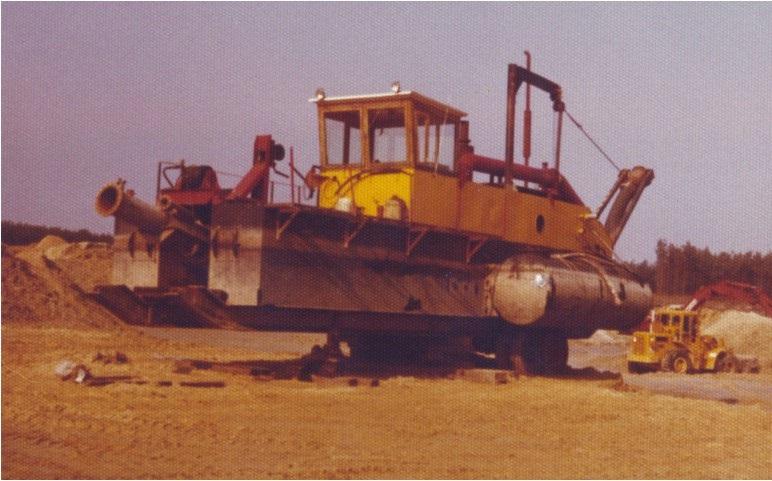 99-1976-Bladel-De-zandzuiger-op-het-droge-gereed-voor-transport-weer-een-visvijver-achterlatend