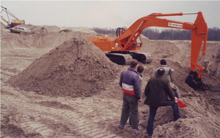 23-1984-De-eerste-HITACHI-graafmachine-op-het-werk
