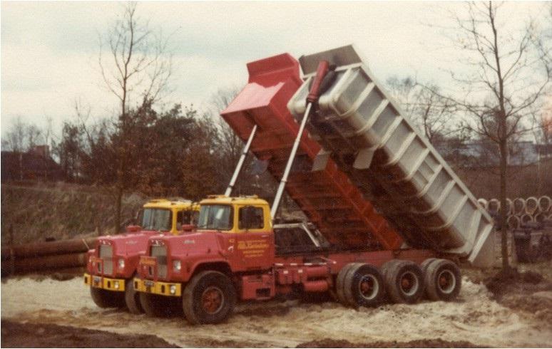 4-1977--Mack-DM-685-S-8x6-kippers