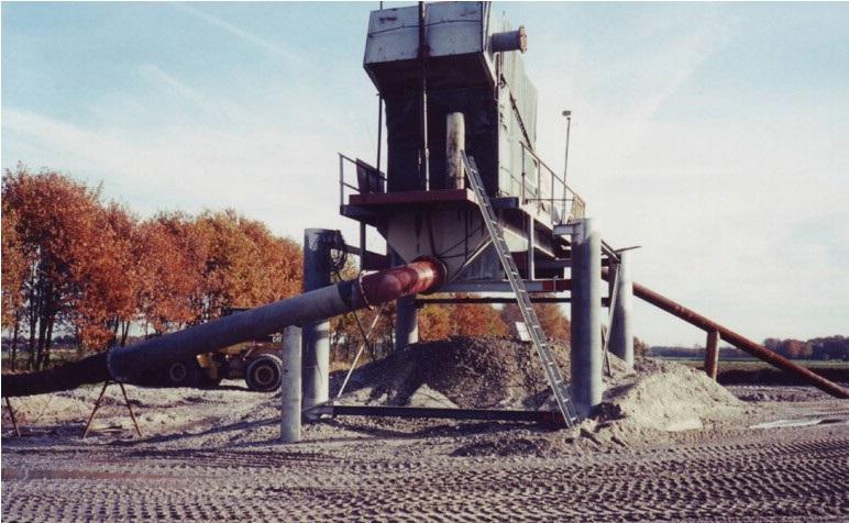 44-1989-De-zuiger-perst-het-zand-en-grind-mengsel-op-een-zeef-waardoor--het-zand-en-grind-worden-gescheiden