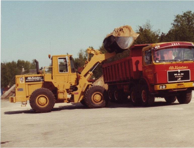 7-1980-M-A-N-8x8-met-AJK-kipper-word-geladen-met-een-CAT-950-B-wiellader-de-eerste-van-dit-type-uit-de-CAT-fabriek-in-Gosselies
