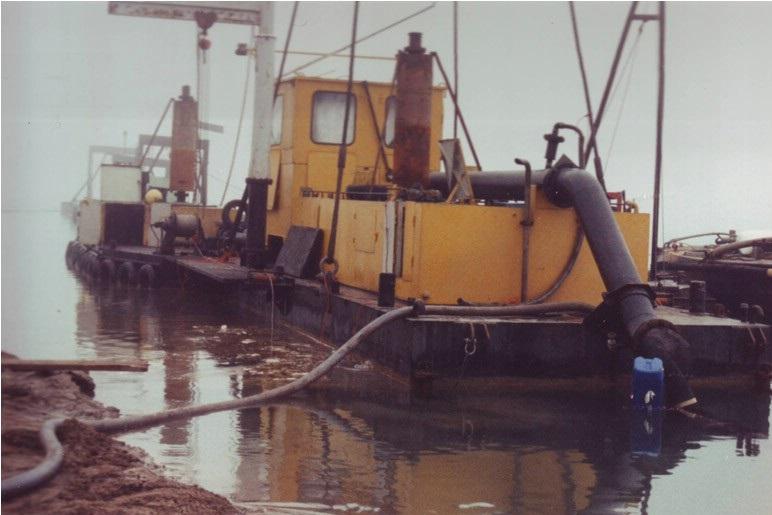52-1995-Bij-een-zandwinning-in-de-recreatieplas-van-het-E-3--strand-gaat-het-mis-de-zandzuiger-loopt-vol-water-en-zinkt