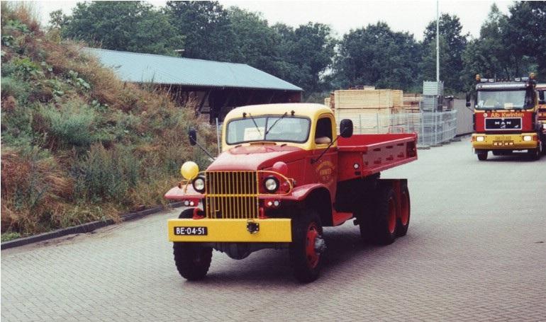 89-1998-De-in-eigen-werkplaats-gerestaureerde-GMC-kipper-bouwjaar-1944-tijdens-een-parade