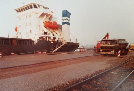 Daf-gaat-een-schip-van-smeerolie-voorzien