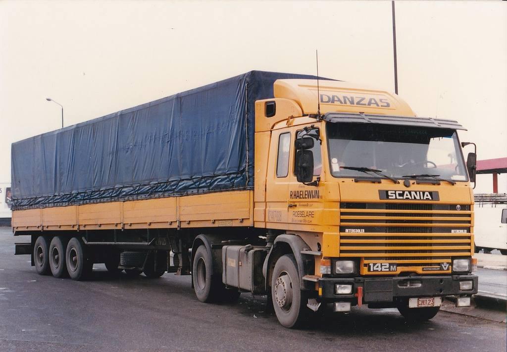 Scania-142-420-1980-met-de-sneden-in-de-bache-van-in-Schotland-Charter-Danzas