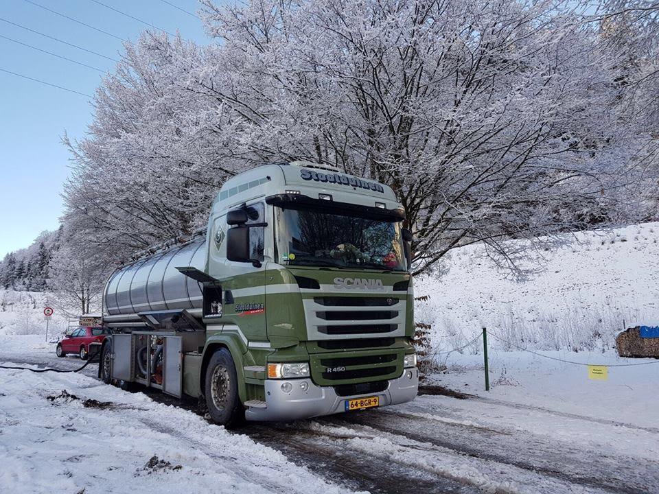 Scania-aan-het-lossen-in-de-sneeuw
