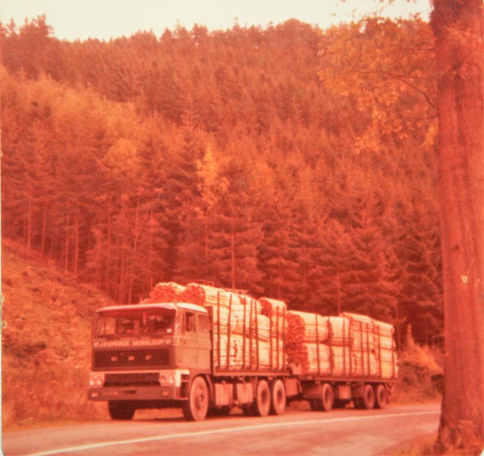 DAF-Truck-is-door-Rondaan-in-Beetgum-opgebouwd-met-een-RAF-tandemas-aanhangwagen-is-van-J-Kuperus-uit-Wijnaldum-houttransport-in-de-Ardennen--1