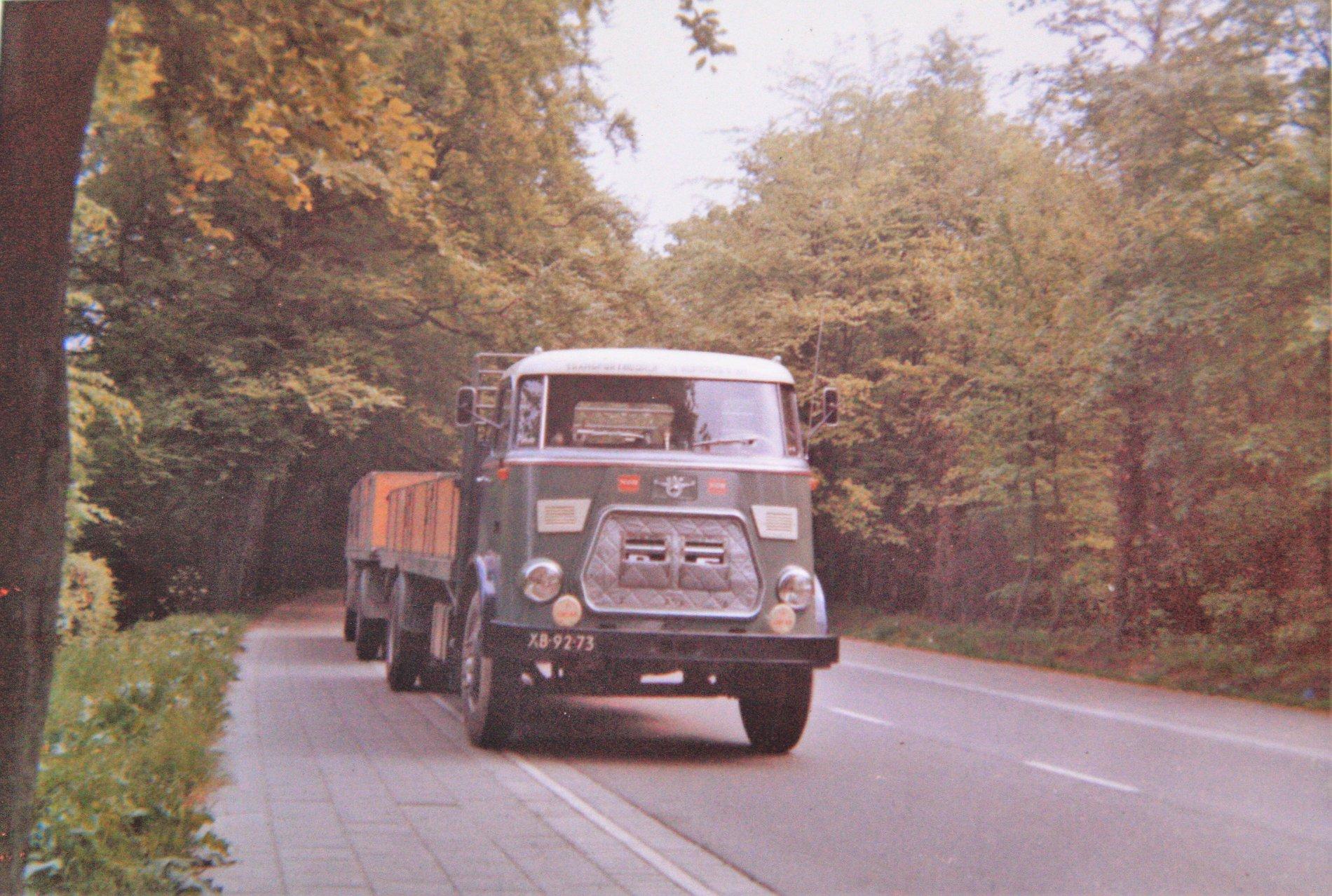 DAF-met-een-DAF-aanhangwagen-uit-1964-van-Y--Kuperus-en-Zn-Transportbedrijf-uit-Wijnaldum-1