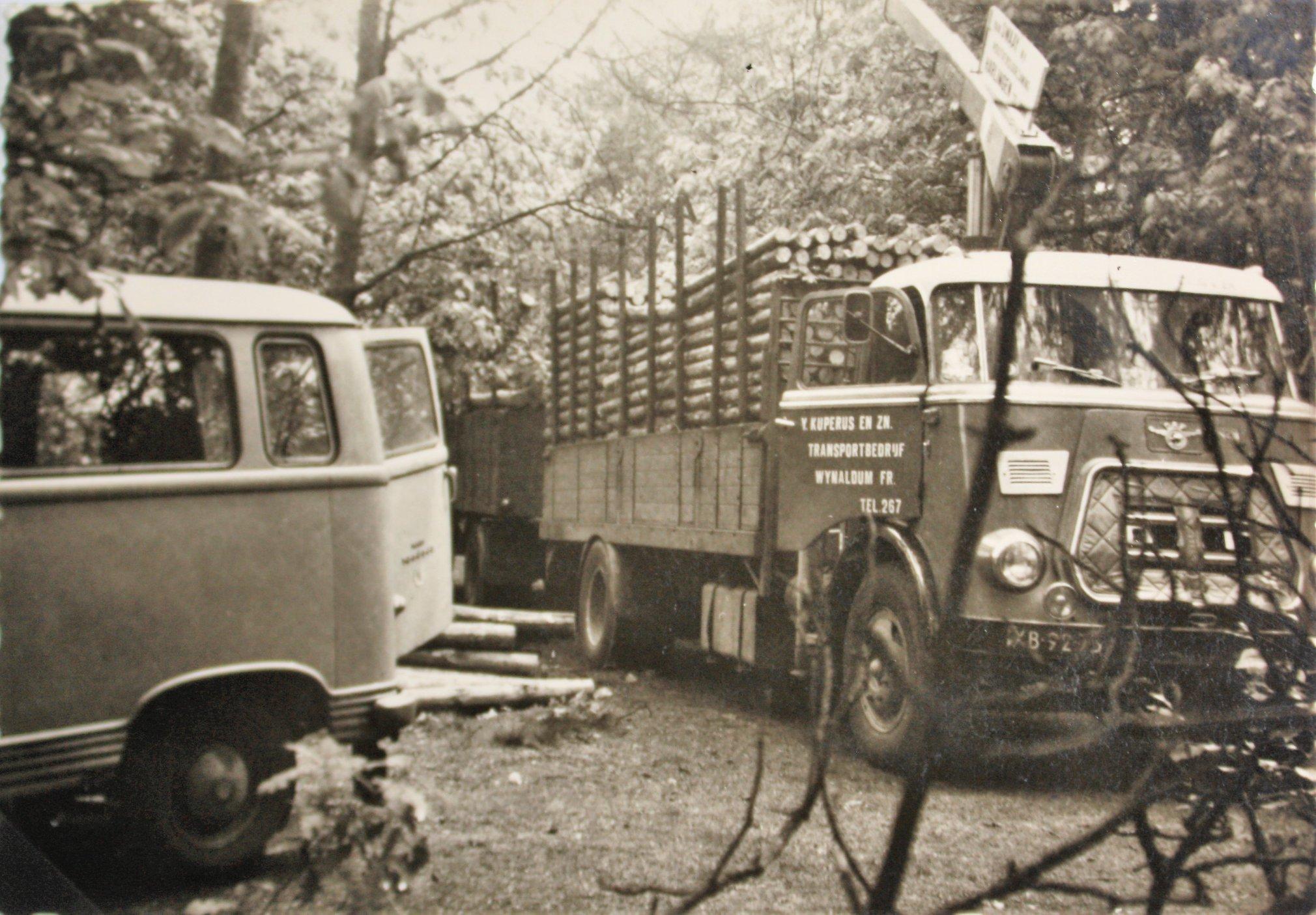 DAF-met-een-DAF-aanhangwagen-uit-1964-van-Y--Kuperus-en-Zn-Transportbedrijf-uit-Wijnaldum-2