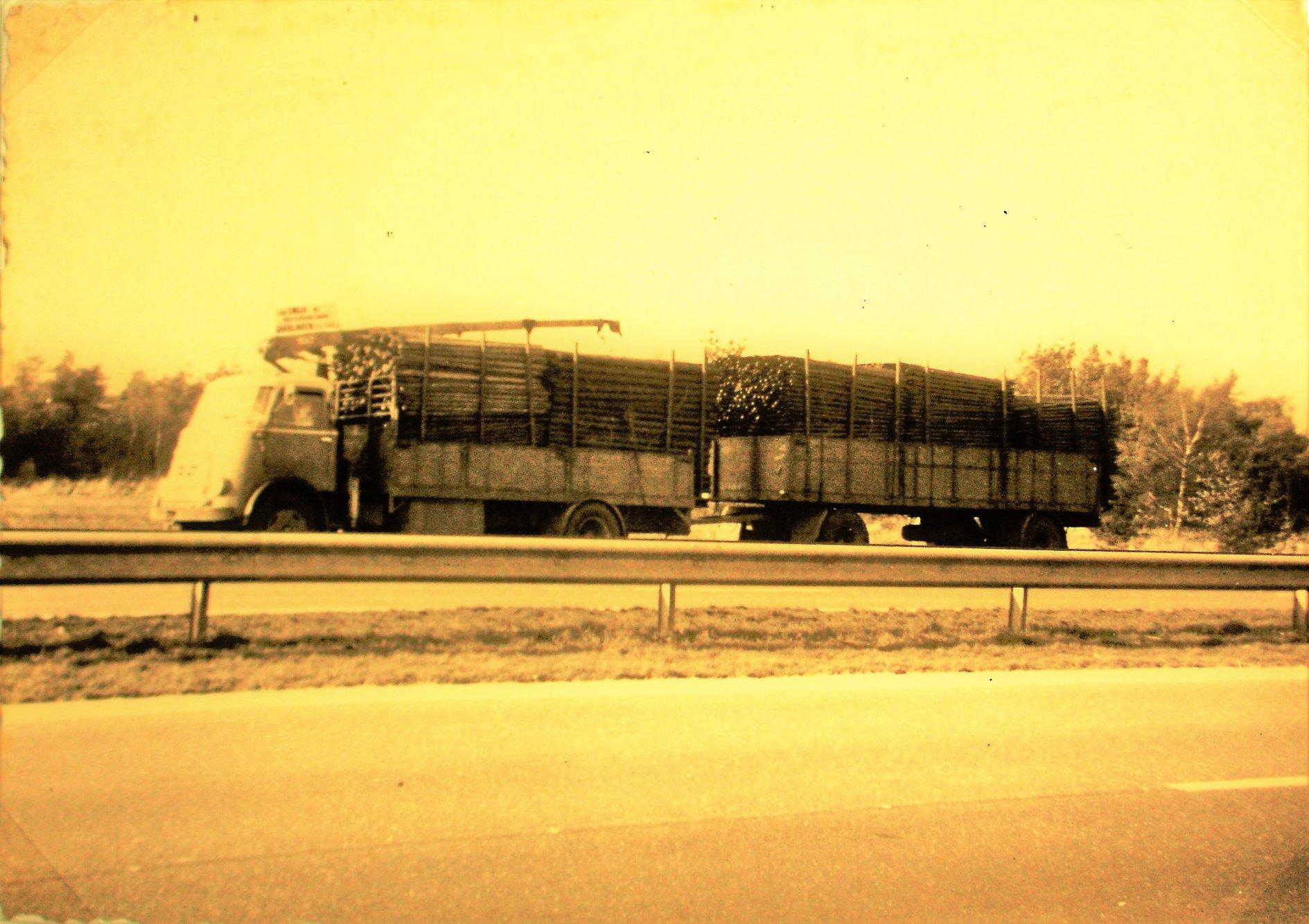 DAF-met-een-DAF-aanhangwagen-uit-1964-van-Y--Kuperus-en-Zn-Transportbedrijf-uit-Wijnaldum-3