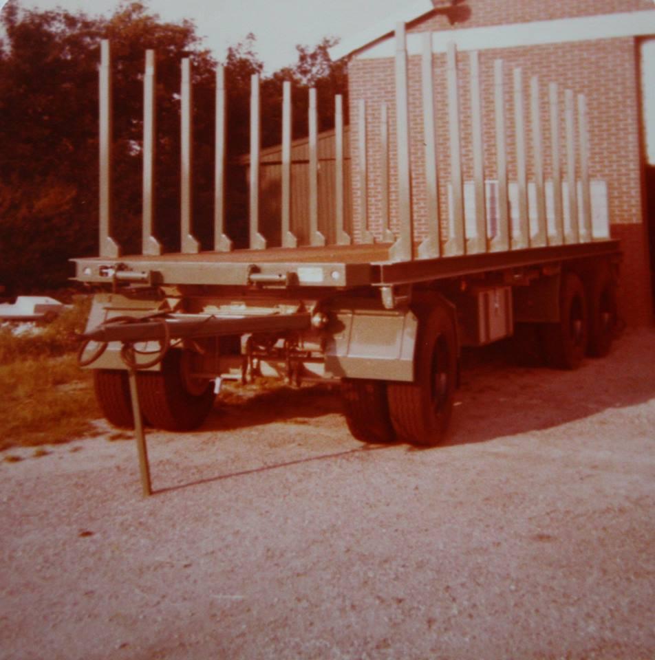 RAF-tandemas-aanhangwagen-is-door-Rondaan-in-Beetgum-gebouwd-voor-J-Kuperus-uit-Wijnaldum-voor-hout-transport--volgens-J-Kuperus-is-de-aanhangwagen-onverwoestbaar-2