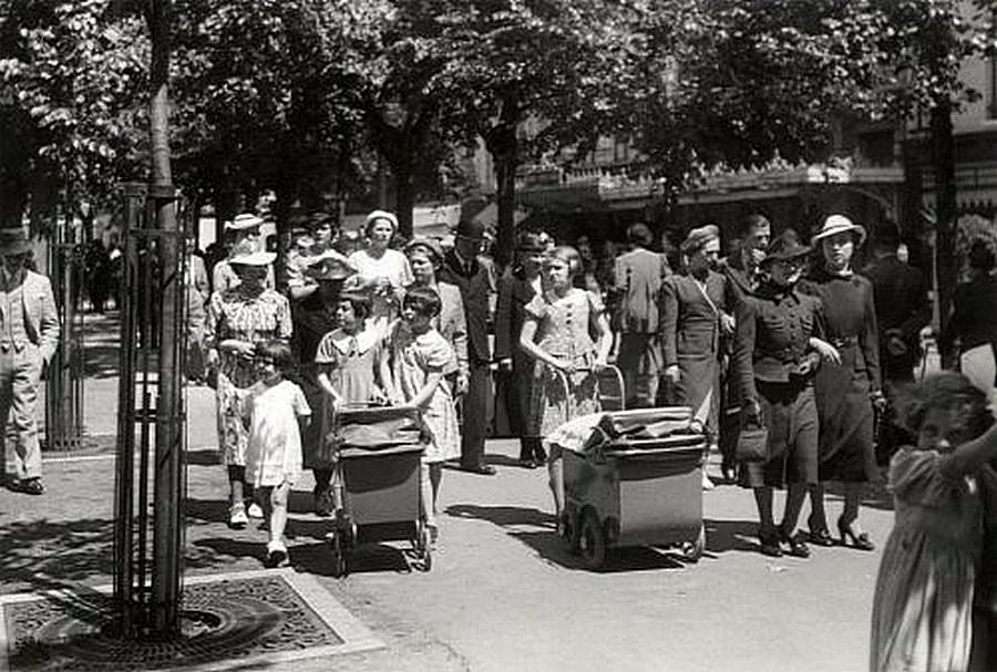 Flanerende-vrouwen-op-het-Vrijthof-in-de-jaren-dertig